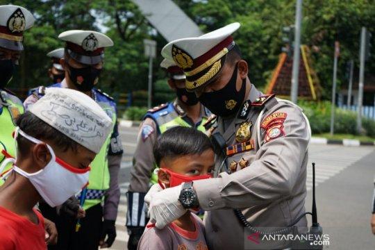 Rayakan HUT ke-75 RI, Polres Tangerang Kota bagikan bendera dan masker