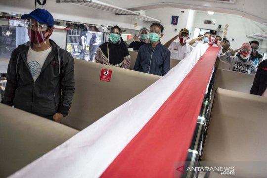 Pembentangan bendera merah putih di dalam kereta api
