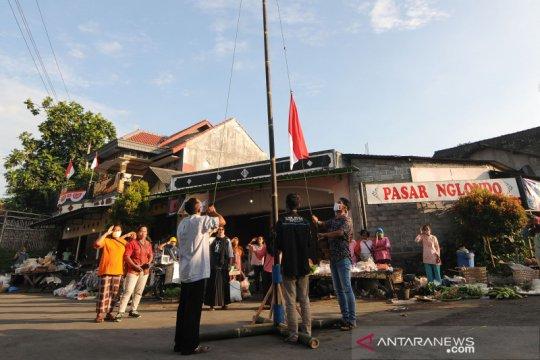 Upacara pengibaran bendera di pasar tradisional Nglondo Klaten