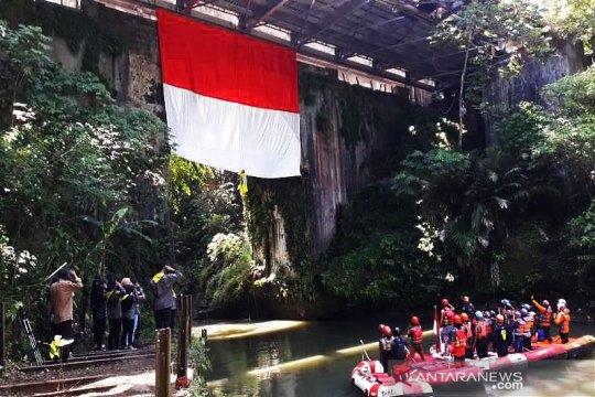 Mahasiswa Untidar kibarkan bendera ukuran besar di Jembatan Blondo