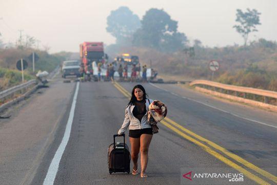Suku Kayapo Brazil blokir jalan utama protes konsesi dan hindari wabah COVID-19