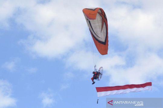 Pengibaran bendera merah putih di langit Bali