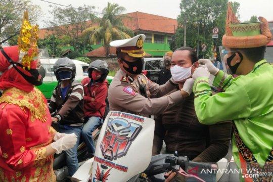 Polrestro Tangerang Kota bagikan masker kepada pengemudi