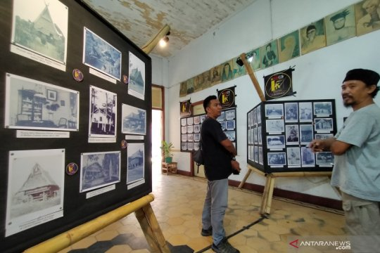 Komunitas sejarah di Palu pamerkan ratusan arsip foto masa kolonial
