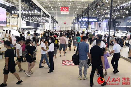 Ratusan mobil model baru dipamerkan secara luring di CCIA Wuhan