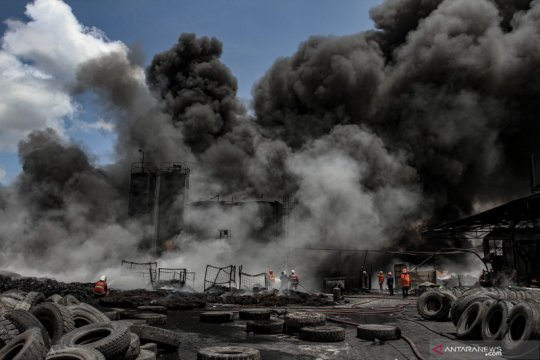 Kebakaran pabrik pengolahan ban bekas