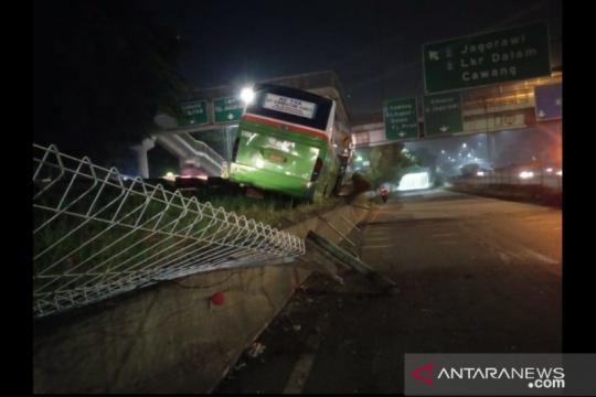 Bus tabrak median pembatas jalan di Tol Kampung Rambutan