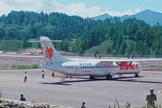 Pesawat komersial mendarat perdana di Bandara Toraja