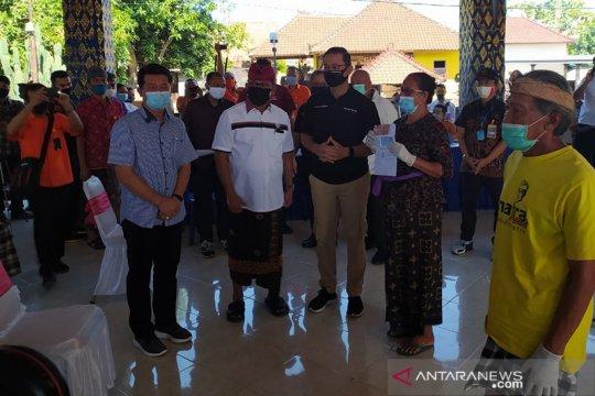 Mensos bagikan BST di Desa Kusamba-Padangbai Bali