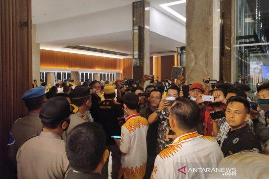Pleno hasil verfak calon perseorangan Pilkada Bandarlampung ricuh