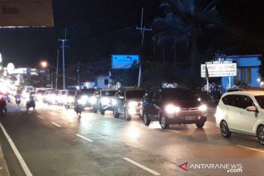 Jumat malam jalur Puncak Bogor mulai dipadati kendaraan