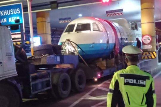 Truk pengangkut pesawat N250 tersendat di Gerbang Tol Banyumanik