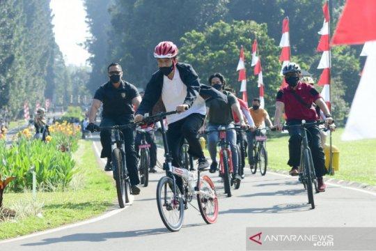 Gowes ditemani Kaesang, Presiden bagikan masker di area Istana Bogor
