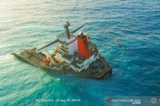 Kapal induk MV Wakashio milik Jepang  kandas di lepas pantai Mauritius.