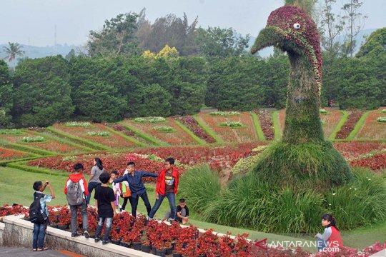Tak pakai masker, pengunjung Taman Bunga Nusantara dapat teguran