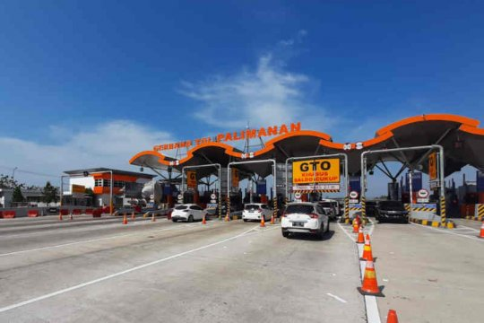 Polresta Cirebon keluarkan kendaraan besar dari jalur tol arah Jakarta