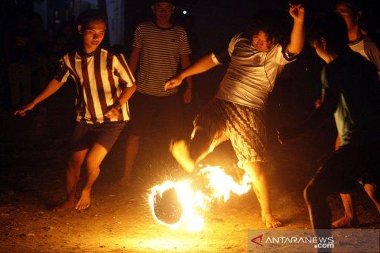 Sambut Tahun Baru Islam, warga Lenteng Agung main sepak bola api