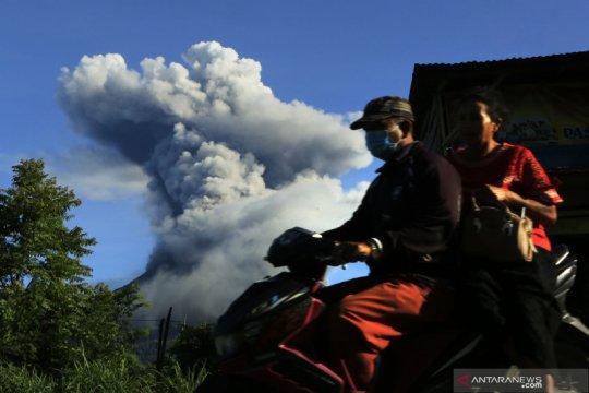 Gunung Sinabung luncurkan awan panas 1.500 meter