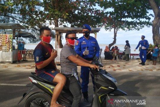 Polair Babel bagikan masker merah putih di objek wisata pantai