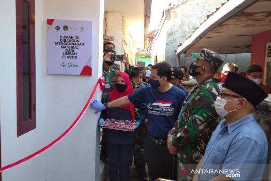 Klinik Harapan Sehat dan Kodim serahkan dua rumah hasil daur ulang