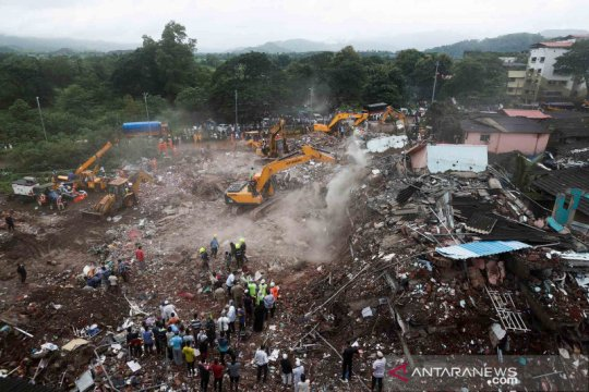 Sebuah bangunan lima lantai runtuh di India, puluhan orang masih terjebak di reruntuhan