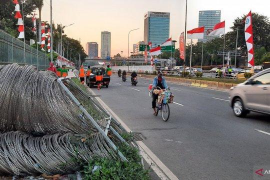 Petugas PPSU mulai bersihkan sampah sisa demonstrasi depan DPR RI