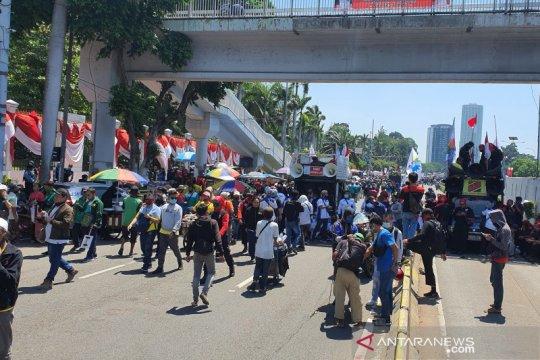 Buruh peserta aksi di depan DPR RI membubarkan diri