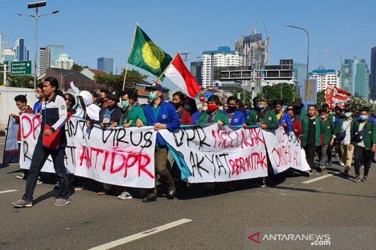 Jalan Gatot Subroto masih ditutup akibat demo mahasiswa di DPR RI