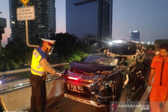 Minibus ringsek akibat kecelakaan di KM10 Tol Slipi