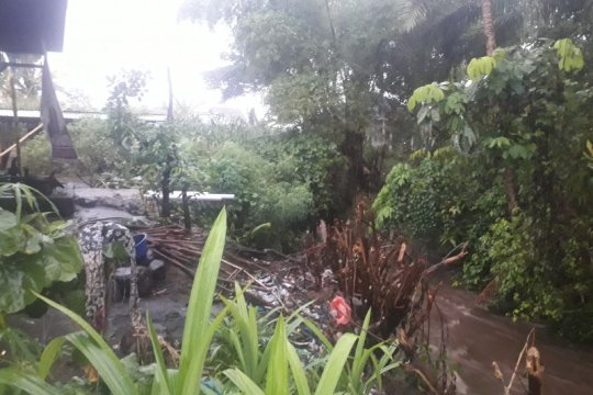 Satu unit rumah makan di jalur 32 Pasaman Barat terancam ambruk