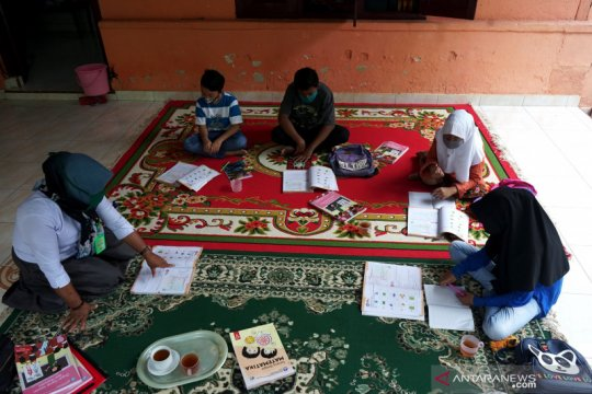 Guru SDN 4 Dungaliyo datangi rumah siswa untuk belajar luring
