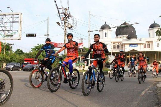 Pemain Persiraja bangun kolaborasi tim lewat bersepeda di jalan raya