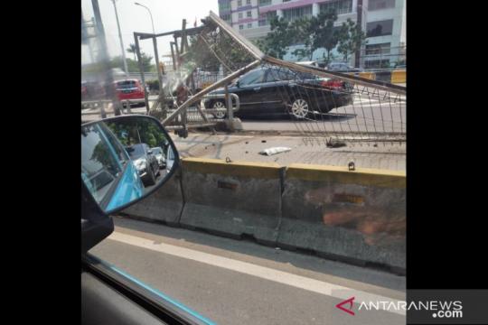 Tersenggol truk, mobil tabrak pembatas di Tol Dalam Kota