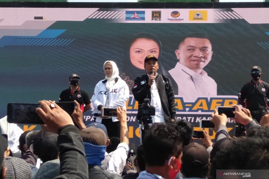 Cellica Nurrachadiana-Aep Syaepuloh deklarasi maju di Pilkada Karawang