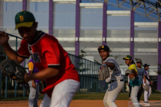 Atlet softball kembali berlatih