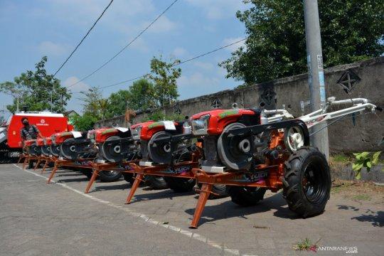 DPR sebut anggota parpol bagikan traktor, Mentan: Tidak ada perintah