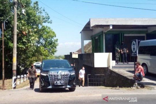 Presiden Jokowi nyekar di makam ibunda Sudjiatmi di Karanganyar