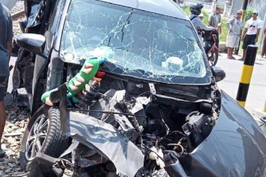 Enam penumpang mobil luka saat tabrakan kereta dan mobil di Blitar