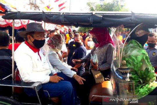 Mahfud MD bagi-bagi masker antibakteri untuk warga di Malioboro