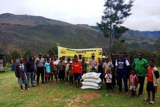 Polres Lanny Jaya dan Yahukimo salurkan beras Kapolri ke warga