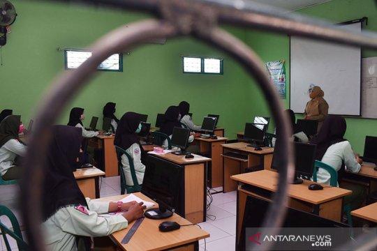 Humaniora kemarin, uji coba pembukaan sekolah hingga isu pidana kiai