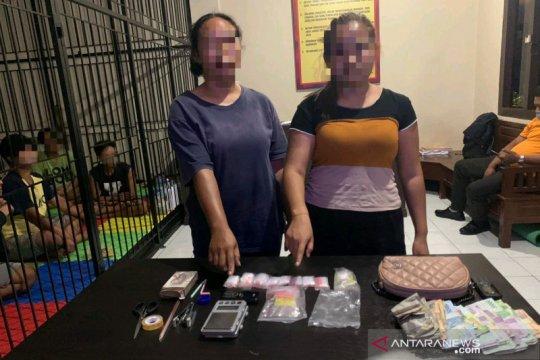 Polda NTB tangkap dua ibu rumah tangga miliki 76 paket sabu-sabu