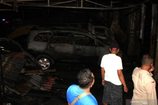 Gudang mobil dan motor di Kupang terbakar disertai ledakan