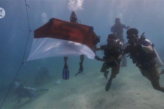Komunitas Menyelam upacara bendera di bawah Laut Raja Ampat