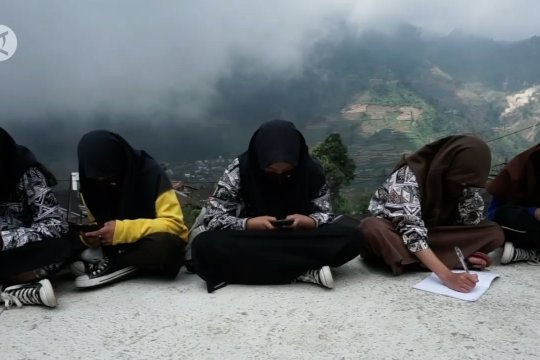 Siswa di lereng Dieng belajar di atap rumah
