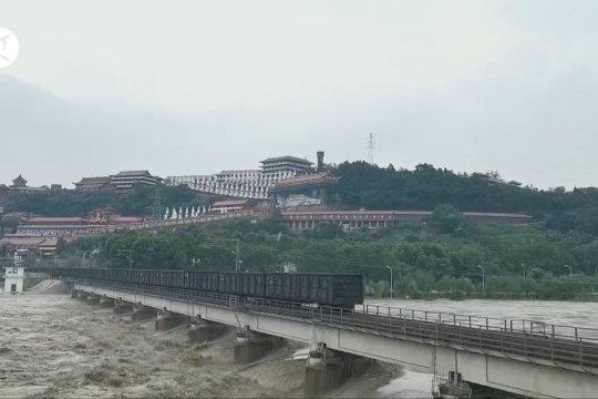 Banjir besar, kereta barang angkutan berat ditarik ke Jembatan Fujiang