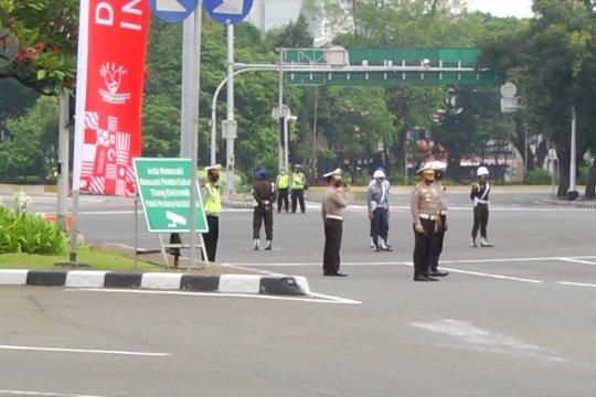 Berdiri tegak, kawasan istana steril dari lalu lintas saat upacara