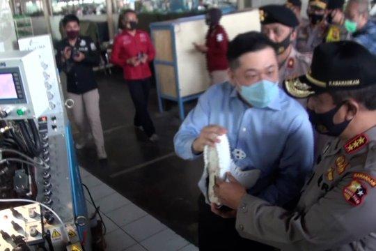 Kabaharkam Polri tinjau aktivitas di pabrik sepatu di Bandung