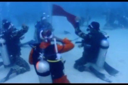 Komunitas penyelam Jayapura gelar upacara bendera di bawah laut
