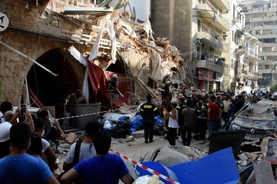 Warga Beirut bersihkan puing-puing ledakan